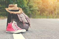 Espadrille rouge de sac de Brown avec le chapeau sur le fond de route et de nature Image libre de droits
