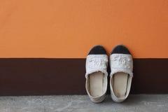 espadrille sur le mur peint de ciment Photos libres de droits