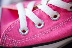 Espadrilles à la mode roses de plan rapproché sur l'étagère de boutique Image stock
