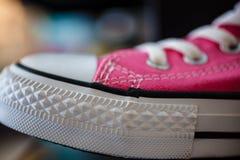 Espadrilles à la mode roses de plan rapproché sur l'étagère de boutique Photo stock