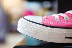 Espadrilles à la mode roses de plan rapproché sur l'étagère de boutique Image libre de droits