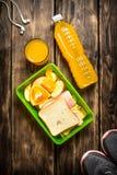 Espadrilles, écouteurs, jus d'orange, sandwichs et fruit Image libre de droits