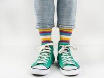 Espadrilles élégantes et chaussettes drôles et heureuses Photographie stock libre de droits