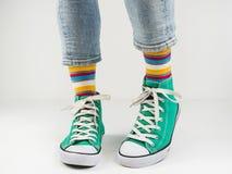 Espadrilles élégantes et chaussettes drôles et heureuses Photos libres de droits