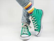 Espadrilles élégantes et chaussettes drôles et heureuses Images stock