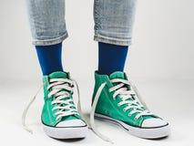Espadrilles élégantes et chaussettes drôles et heureuses Photo stock