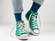 Espadrilles élégantes et chaussettes drôles et heureuses Photos stock