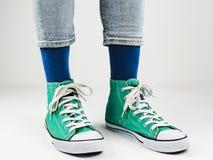 Espadrilles élégantes et chaussettes drôles et heureuses Image libre de droits