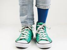 Espadrilles élégantes et chaussettes drôles et heureuses Image stock
