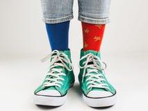 Espadrilles élégantes et chaussettes drôles et heureuses Photo libre de droits