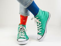 Espadrilles élégantes et chaussettes drôles et heureuses Photographie stock