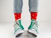 Espadrilles élégantes et chaussettes drôles et heureuses Images libres de droits