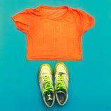 Espadrilles élégantes et T-shirt lumineux Images libres de droits