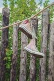 Espadrilles accrochant sur une corde dans le jardin Image stock