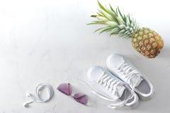 Espadrilles, ananas, lunettes de soleil et écouteurs Images libres de droits