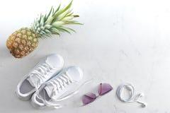 Espadrilles, ananas, lunettes de soleil et écouteurs Photo libre de droits