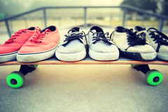Espadrilles au skatepark Photos stock