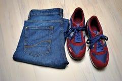 Espadrilles avec des jeans sur le fond en bois Photographie stock