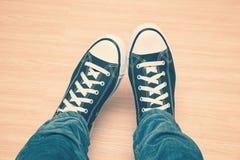 Espadrilles avec les dentelles blanches et jeans en gros plan Photographie stock