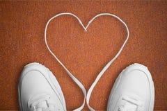 Espadrilles blanches avec le coeur sur le fond Concept Image stock