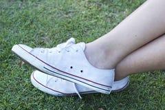 Espadrilles blanches avec le mode de vie modèle Photos libres de droits