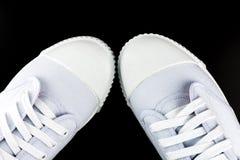 Espadrilles blanches d'isolement sur le fond noir Photo stock
