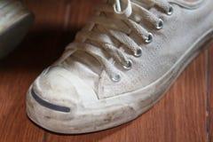 Espadrilles blanches de port adolescentes Photos stock