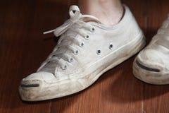 Espadrilles blanches de port adolescentes Photographie stock
