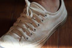 Espadrilles blanches de port adolescentes Images stock