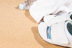 Espadrilles blanches en sable Photos stock
