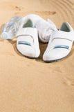 Espadrilles blanches en sable Images libres de droits