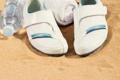 Espadrilles blanches en sable Photo stock
