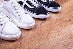 Espadrilles blanches et noires, l'espace pour le texte Photo libre de droits