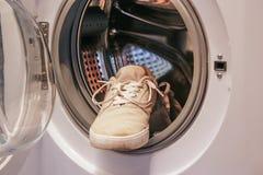 Espadrilles blanches sales dans la machine à laver Photographie stock libre de droits