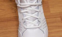 Espadrilles blanches sportives avec des dentelles Photographie stock