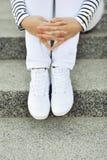 Espadrilles blanches sur des jambes de fille   Photographie stock