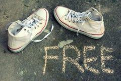 Espadrilles blanches sur l'asphalte Image libre de droits