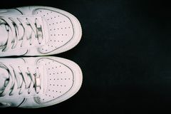 Espadrilles blanches sur le fond noir Image libre de droits