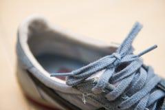 Espadrilles bleues avec des dentelles Photo stock