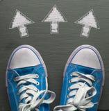 Espadrilles bleues avec les flèches directionnelles Photographie stock
