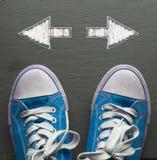 Espadrilles bleues avec les flèches directionnelles Photos stock