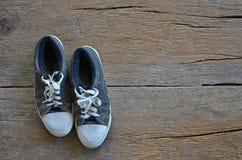 Espadrilles bleues avec les shoestrings blancs Images stock