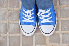 Espadrilles bleues dans la ville Photo stock
