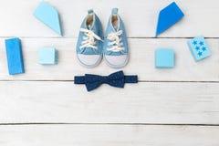 Espadrilles bleues et un noeud papillon pour un garçon Vue de ci-avant Photographie stock libre de droits