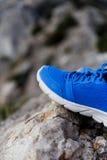 Espadrilles bleues l'après-midi de montagnes Photos stock
