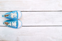 Espadrilles bleues pour un garçon sur un fond en bois blanc Vue de Images stock