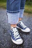Espadrilles bleues sous la pluie Images stock