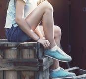 Espadrilles bleues sur des jambes de fille sur le fond grunge Photo stock