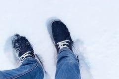 Espadrilles bleues sur la neige Un regard d'en haut Photo stock