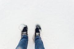 Espadrilles bleues sur la neige Un regard d'en haut Image stock